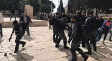 قوات الاحتلال تعتقل وتعتدي بالضرب على حراس الاقصى- فيديو