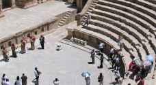 أهالي جرش يستقبلون السياح بالأغاني والورود والسعادة