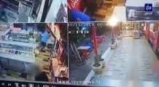 شاهد بالفيديو.. إصابة شخصين بعيار ناري في إربد والفاعل يلوذ بالفرار