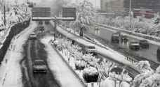 الثلوج الكثيفة في طهران تتسبب بأزمات مرور وإغلاق مدارس