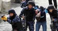 شرطة الخليل تلقي القبض على فلسطيني سرق 10 محال تجارية
