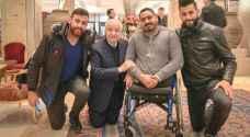 كيف تضامن أبو غزالة مع صحفي فلسطيني بترت أقدامه بالعدوان على غزة؟ - صور