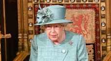 معطف الملكة إليزابيث يثير الجدل بعد أن عجز المعجبون عن تحديد لونه