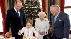 ملكة بريطانيا وحفيدها يطبخان طعام الكريسماس.. فيديو