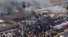 محتجون يحرقون مرآب السفارة الأميركية ببغداد