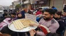 سوريون يوزعون الحلوى في ريف إدلب احتفالا بمقتل قاسم سليماني