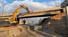 بدء إزالة جسر الحزام على أوتوستراد عمان الزرقاء.. فيديو