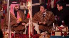 ولي العهد السعودي ورئيس الوزراء الياباني بالعباءةفي خيمة سعودية.. فيديو وصور