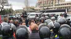 الأمن يمنع معتصمين ضد اتفاقية الغاز من دخول مجلس النواب - صور