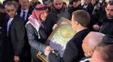 مدير عام اوقاف القدس يقدم هدية تذكارية لماكرون