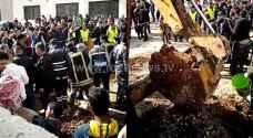 الدفاع المدني ينقذ عاملين انهارت عليهم حفرية في خريبة السوق بعمان.. فيديو