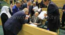 لقطات للحكومة والنواب تحت وخارج قبة البرلمان الثلاثاء