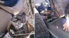 ضبط شخص يدخن الأرجيلة أثناء القيادة على اوتوستراد المفرق - الزرقاء .. صور