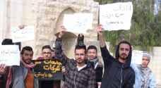 """اعتصام لطلبة """"كلية الزرقاء الجامعية"""" احتجاجاً على رفع رسوم التنافس.. فيديو"""