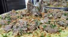 """طبيب سعودي يحذر  من""""فت"""" اللحم باليدين للضيوف أثناء تناول الطعام"""