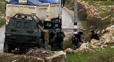 الاحتلال ينكل بالفلسطينيين و يمنعهم من حرية التنقل.. فيديو