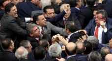 """مشاجرة عنيفة داخل البرلمان التركي بسبب قتلى الجيش في سوريا  """" فيديو"""""""