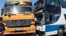 19 إصابة بتصادم قلاب وحافلة على الطريق الصحراوي - صور