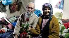 سلال المسنين في تركيا تتدلى عبر النوافذ للحصول على الطعام