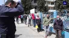 """شاهد كيف اصطف مواطنين أمام أحد المراكز الصحية في عمان رغم تحذيرات التباعد بسبب """"كورونا""""- فيديو"""