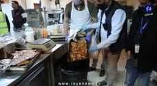 الجهات المختصة تتلف أطعمة فاسدة في أحد المطاعم بمنطقة الياسمين بعمان - فيديو