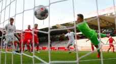 تواصل مباريات كرة القدم بلا جمهور في ألمانيا مع رفع مزيد من القيود ضد كورونا