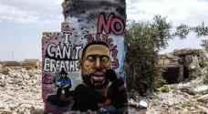 وسط أنقاض مباني إدلب.. فنان سوري يخلد الأمريكي فلويد على طريقته الخاصة