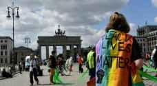 متظاهرون ضد العنصرية واللامساواة يشكّلون سلسلة بشرية مع التقيّد بالمسافة الآمنة في برلين