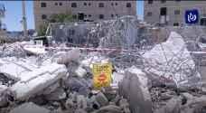 آليات الاحتلال تهدم عدداً من الشقق السكنية والمحال التجارية في مخيم شعفاط.. فيديو