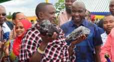 تنزانيا: عامل بسيط يصبح مليونير في لحظة.. والسبب كنز من الأحجار الكريمة بـ3.4 مليون دولار