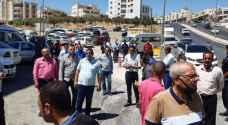 """سائقو تكسي المطار يعتصمون أمام """"النقل البري"""" في عمان - صور وفيديو"""
