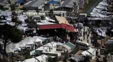 الشرطة اليونانية تنقل المهاجرين المشردين في جزيرة ليبسوس إلى مخيم جديد