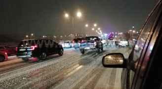 انزلاقات وحوادث سير على طريق المطار بسبب تساقط الثلوج