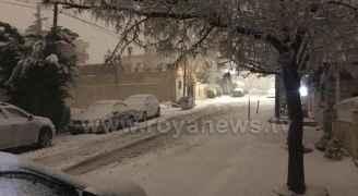 تراكم الثلوج في ضاحية الحسين قرب شارع مكة بالعاصمة عمان