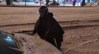 رجال السير يساعدون عالقين بالثلوج