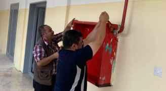 معلمون يستغلون اضرابهم بصيانة مدارسهم