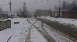 الثلوج تغلق الطرق في قادسية الطفيلة