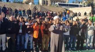 مصلون أمام باب العمود في المسجد الأقصى