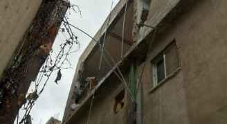 انهيار واجهة منزل بسبب الأحوال الجوية في مخيم البقعة