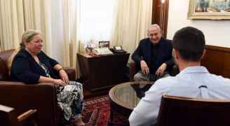 بالفيديو والصور.. استقبال نتنياهو لحارس السفارة الإسرائيلية في عمّان