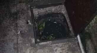 مواطن يشكو فيضان منهل امام بيته ويتخوف من مداهمة المياه له - صور