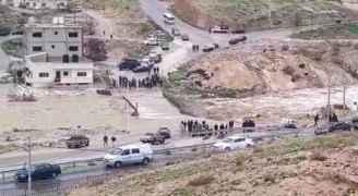 الزرقاء: انهيار المنطقة المحاذية لجسر شومر بسبب تدفق المياه