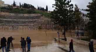 بالفيديو..ساحة المدرج الروماني في العاصمة عمان تغرق وتتحول الى بركة مياه كبيرة