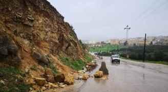 انهيار كتل صخرية يغلق شارع الحدادة في جرش