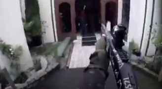 شاهد بالفيديو.. هجوم مرعب على مسجد نيوزيلندي وسقوط العشرات