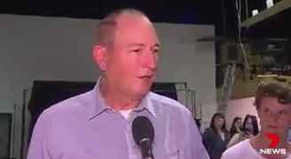 شاب يكسر بيضة على رأس نائب أسترالي ألقى باللوم على المسلمين في هجوم نيوزيلندا - فيديو
