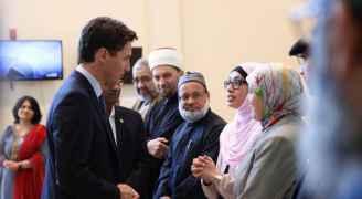 جاستين ترودو يزور مسجدا تضامنا مع المسلمين بعد مذبحة نيوزيلندا .. صور