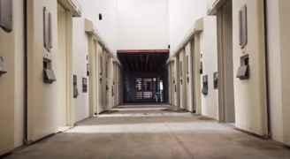 كيف تبدو زنزانة الحبس الانفرادي لسفاح نيوزيلندا؟ - فيديو
