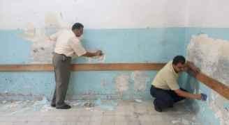 معلمون يستغلون اضرابهم بصيانة مدارسهم.. صور