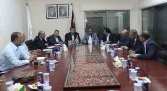 وفد من وزارة التربية يعقد اجتماعا في مقر نقابة المعلمين - صور